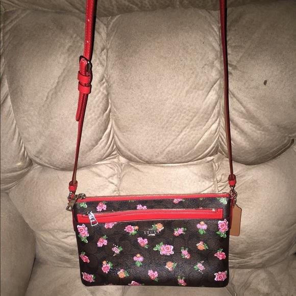 Coach Handbags - EUC SUPER CUTE COACH CROSSBODY & ZIPPER POUCH 10x7